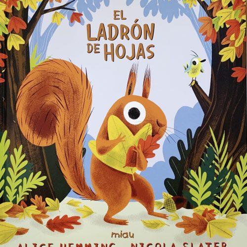 Portada del libro El ladrón de hojas. Aparece una ardilla en un bosque con un montón de hojas de otoño.